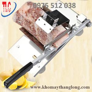 Máy thái thịt bằng tay cắt những miếng thịt thành lát mỏng đều và đẹp